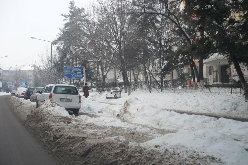 Putinele parcari din municipiul Botosani, blocate de mormanele de zapada!