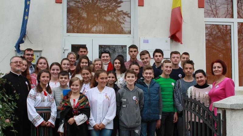 """""""Credința care ne unește"""": profesori și elevi din stânga și din dreapta Prutului, într-o activitate comună la Școala Rădăuți-Prut - FOTO"""