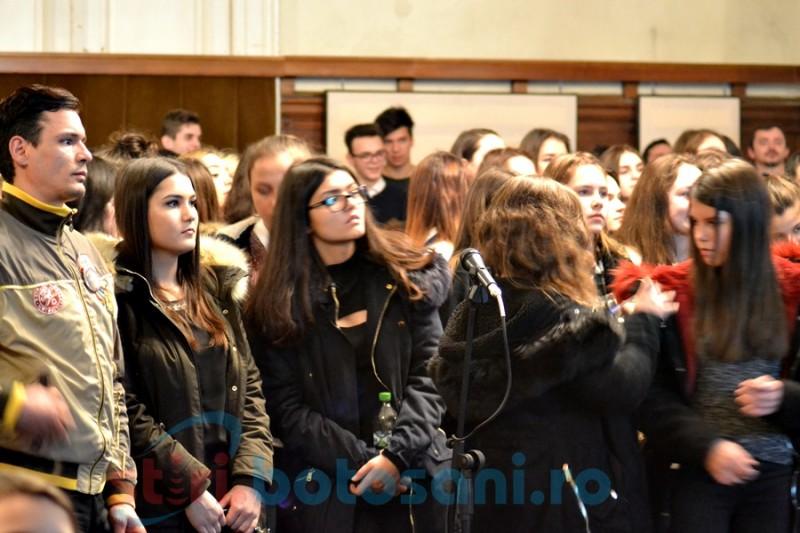 """""""Eminescu trăieşte prin noi""""- tinerii Botoşanilor şi-au demonstrat mândria de a fi români într-o recitare publică- FOTO, VIDEO"""