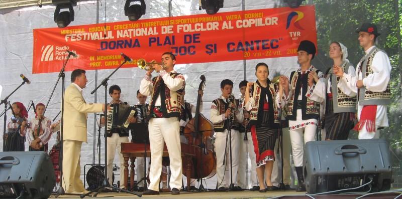 """""""Mugurelul"""" si """"Margineanca"""", succes pe scena Festivalului National """"Dorna, plai de joc si cant"""""""