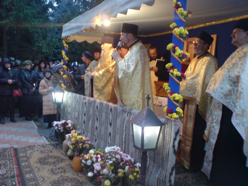 Raclă cu Sfinte Moaşte aduse la Biserica Vovidenia, din Botoșani, în prezența IPS Teofan!