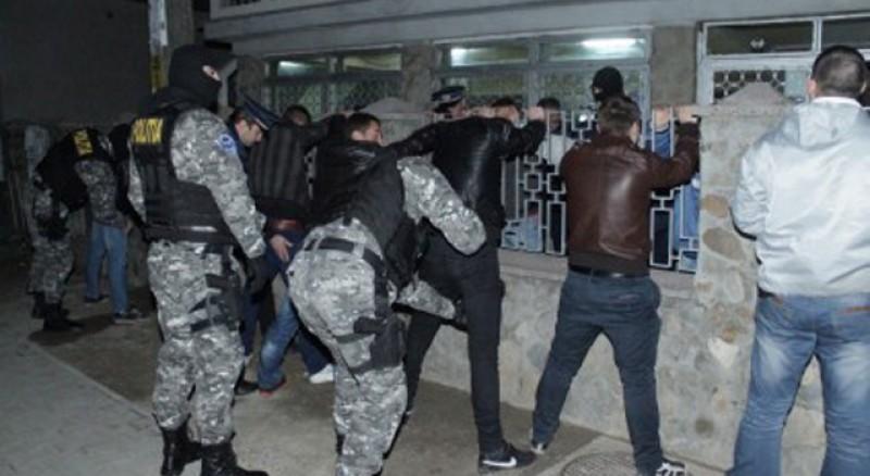 Razii în forță în discotecile din județ! Sute de tineri percheziționați și zeci de amenzi aplicate de polițiști!