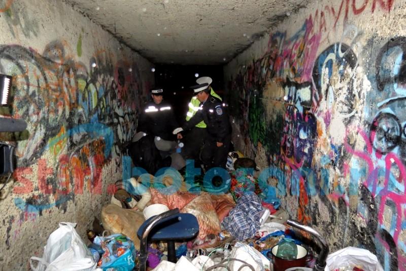 RECORD de persoane fără adăpost găsite în Botoșani! Două persoane dormeau sub un pod în apropiere de Cimitirul Pacea - FOTO, VIDEO