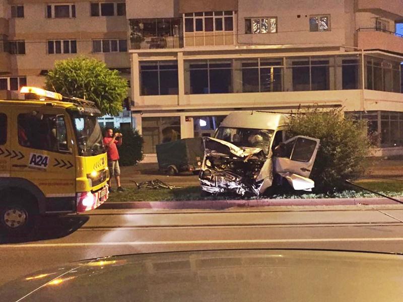 Refugiu pentru tramvai făcut praf de un șofer neatent! FOTO