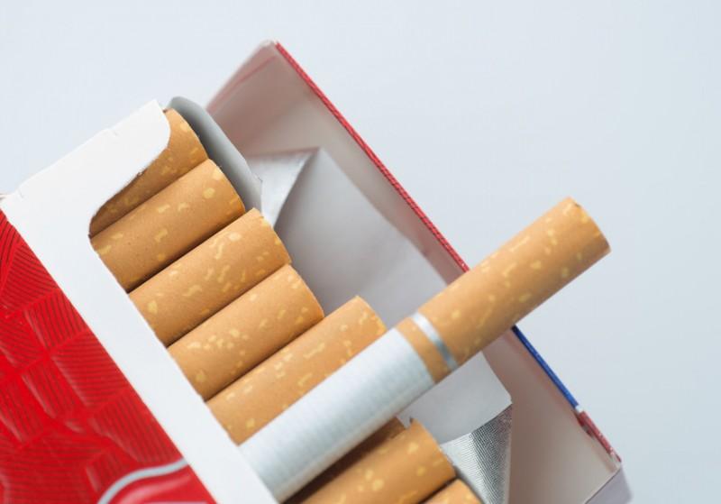 Reguli obligatorii pentru pachetele de ţigarete de la rafturi: brandul ocupă mai puţin spaţiu, predomină imaginile şi mesajele de avertisment
