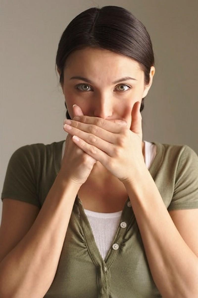 Respirația urât mirositoare poate fi un simptom al diabetului. Iată și alte cauze nebănuite și cum să rezolvați problema
