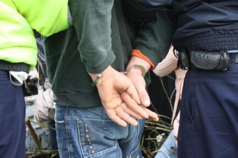 Reținut de polițiști după ce a furat 3.000 de lei dintr-un magazin!