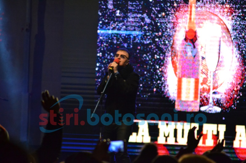 REVELION 2017: Mii de botoşăneni s-au adunat la spectacolul din Cuza- Vodă! Aurel Moldoveanu le cântă spectatorilor- FOTO