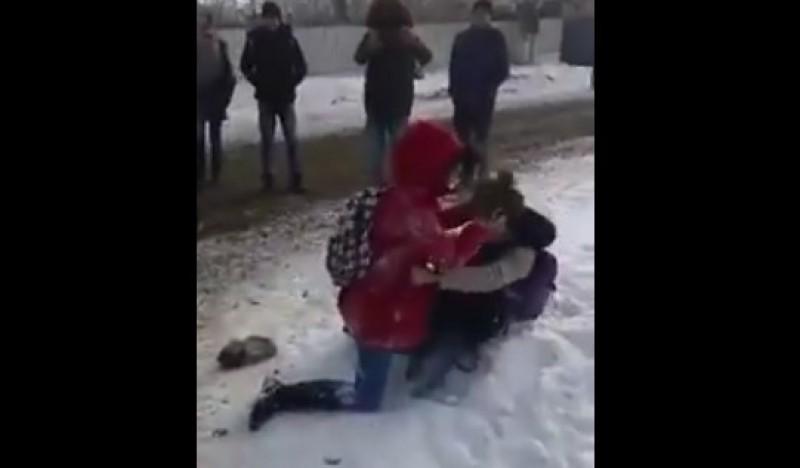 Revoltător! Două eleve se bat în apropierea unei şcoli, în timp ce colegii râd şi le filmează! VIDEO