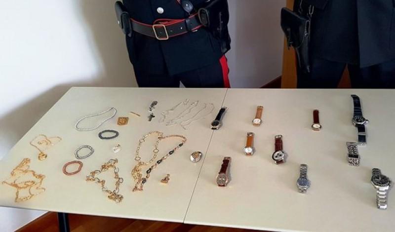 Româncă arestată în Italia: A aruncat aurul în toaletă pentru a nu fi prinsă!
