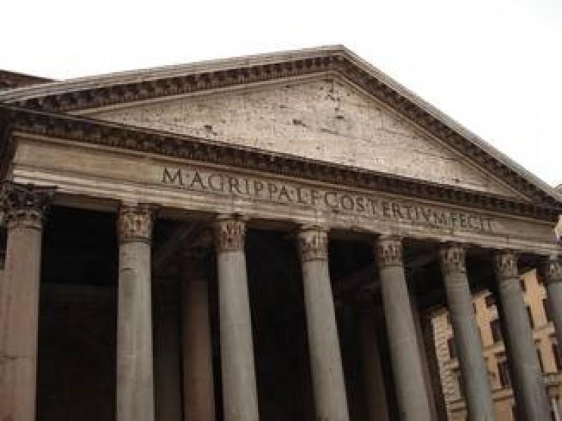 Romanca arestata la Roma: A distrus doua candelabre din secolul XVIII, din Pantheon