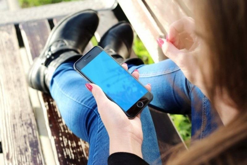 România: O fată de 13 ani s-a aruncat de la etajul 2, după ce s-a certat cu părinții din cauza telefonului mobil