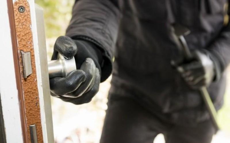 România rămâne raiul hoților: Peste o treime dintre români ar păstra economiile într-un plic în şifonier