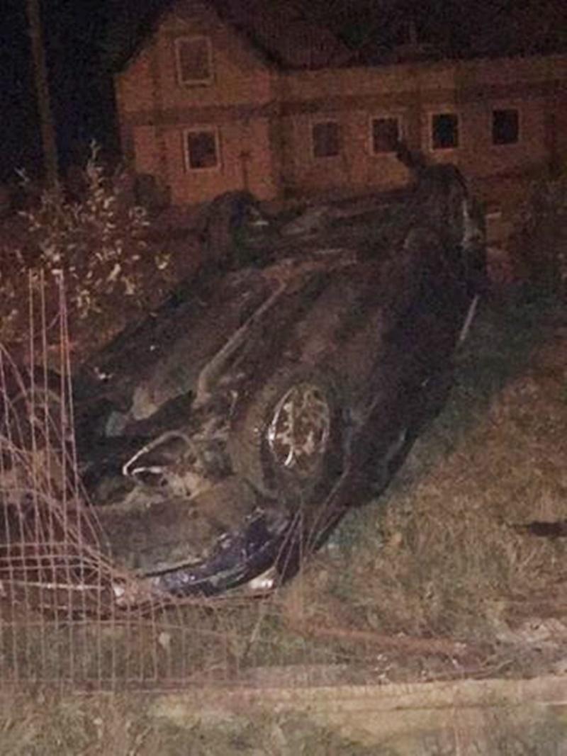 S-a dat cu mașina peste cap și a zburat într-o curte! FOTO