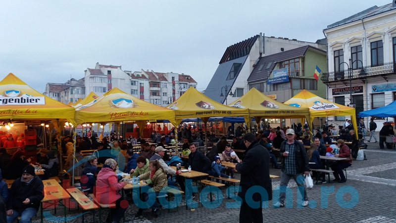 S-a dezgheţat atmosfera în Centrul Vechi! Câteva sute de botoşăneni se află în zona cu gustări şi lângă scenă! FOTO