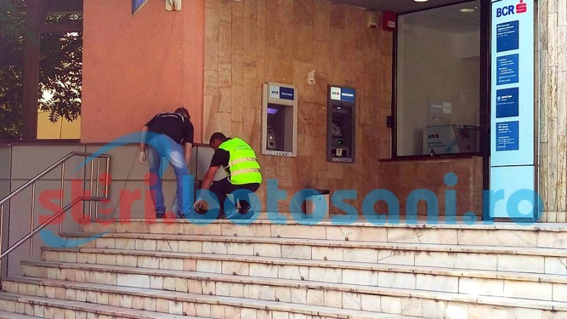 """S-a întamplat la Botoșani! Nervos că bancomatul i-a """"mâncat"""" cardul, un bărbat l-a distrus și a dat buzna în banca închisă! FOTO"""