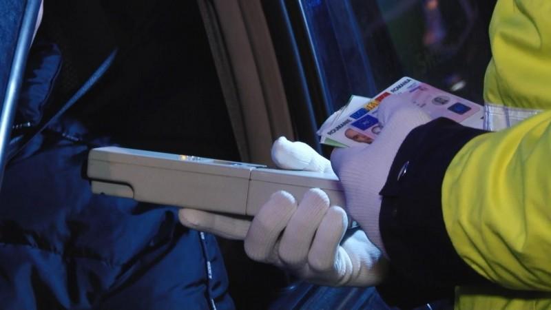 S-a izbit cu mașina în scuarul stației de tramvai. Polițiștii s-au speriat când l-au testat alcoolscopic!