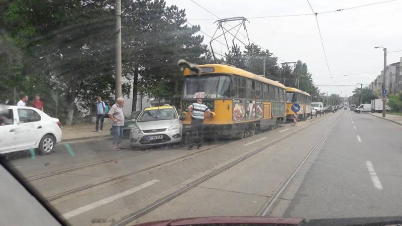 S-a luat la întrecere cu tramvaiul!