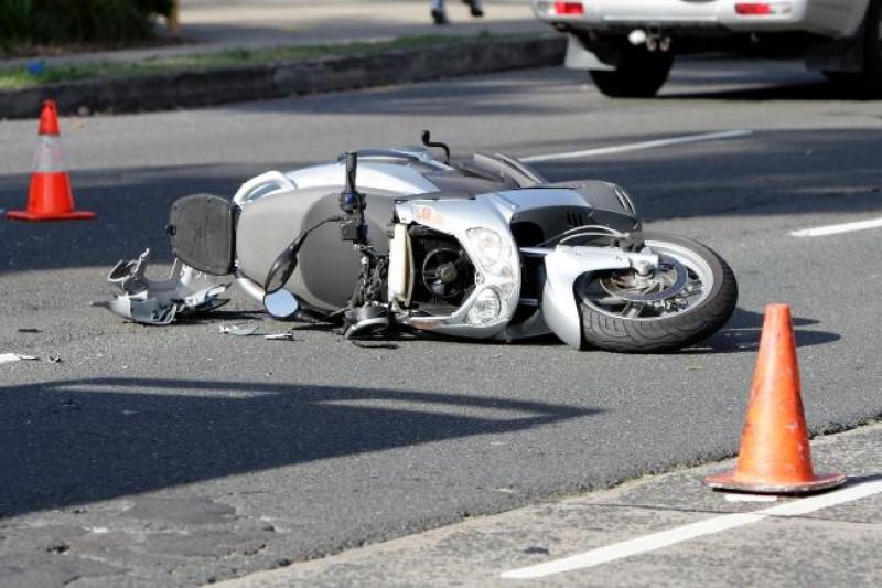 S-a răsturnat cu mopedul în șanț!