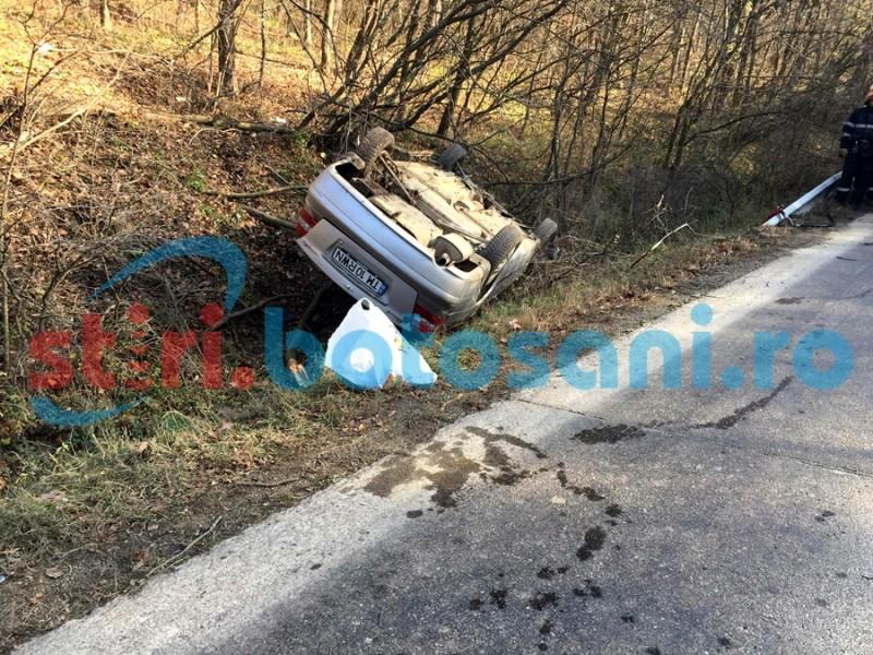 S-au răsturnat cu mașina, în pădurea de la Zăicești! O persoană a ajuns la spital! FOTO