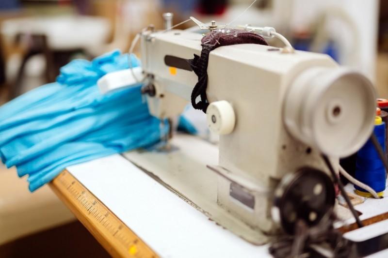 Salariul minim dă peste cap industria confecţiilor. Angajați mai bine plătiți și mai puțini sau lacăt pe întreaga afacere?
