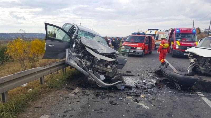 Tineri din Botoșani, implicaţi într-un grav accident! Au rămas cu mașina suspendată pe un parapet! FOTO