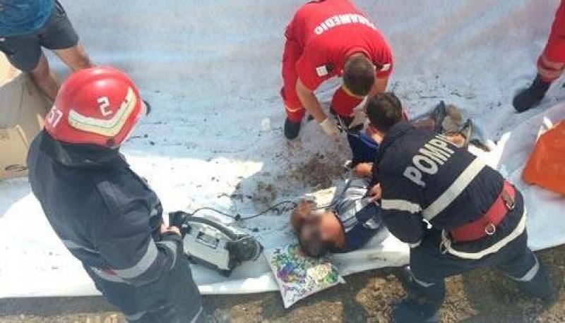 Salvat de pompieri și jandarmi: A vrut să recupereze mingea nepotului, dar nu a mai reușit să iasă din groapă!