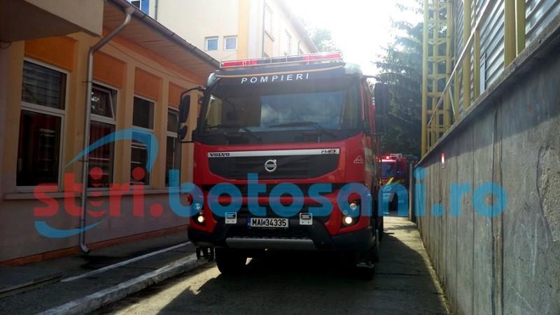 """Șapte autospeciale de pompieri, în curtea Seminarului Teologic """"Sfântul Gheorghe"""" din Botoșani - FOTO, VIDEO"""