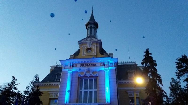 Sărbătoare albastră în faţa Primăriei! Zeci de baloane înălţate pentru bucuria copiilor cu tulburări de spectru autist FOTO