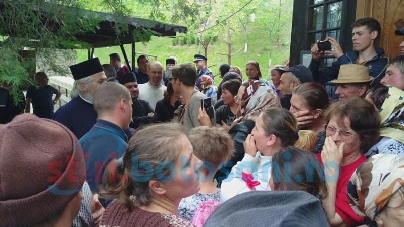 Sătenii din Schit Orăşeni fac zid în faţa preotului paroh şi trimit petiţii autorităţilor