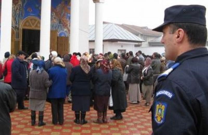 Scandal făcut de un funcţionar public într-o biserică din Botoşani! A fost sancţionat de jandarmi