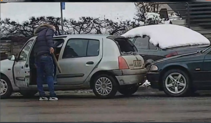 Scandal în trafic pe o stradă din Botoşani. Pumni în maşină şi bâtă scoasă la intimidare de un şofer începător-VIDEO
