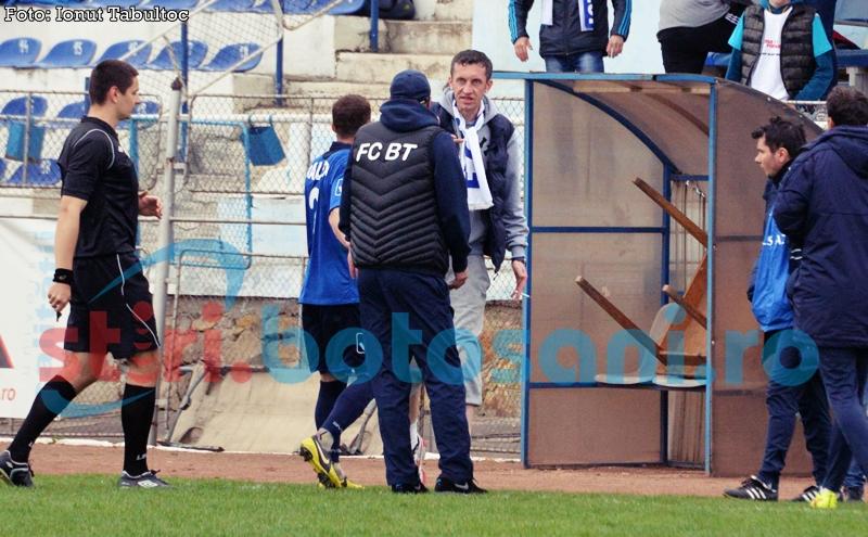 SCANDAL la meciul Botosaniului de la Suceava! Un suporter a intrat pe teren si a sarit la Leo Grozavu! FOTO