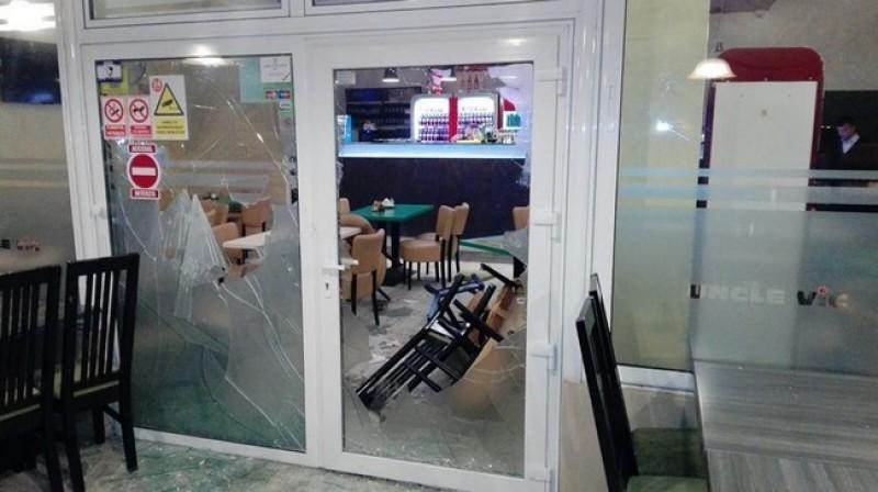 Scandal monstru într-o pizzerie din Botoşani! Cinci tineri au devastat localul-FOTO