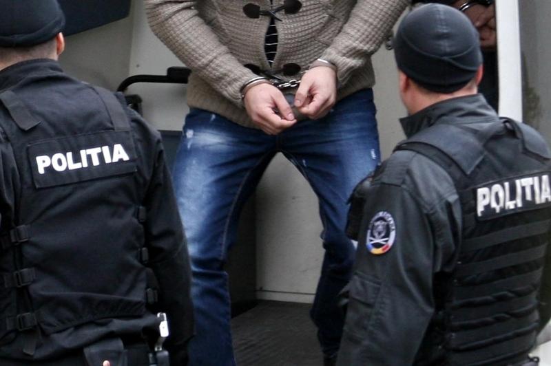 Scandalagiu escortat cu trei echipaje de polițiști și jandarmi, în cătușe, spre Psihiatrie