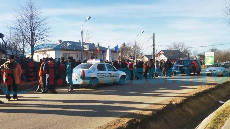 Scandalul a reizbucnit la Corni! Sute de oameni nervoși au ieșit în stradă, polițiști și jandarmi trimiși în localitate! FOTO, VIDEO