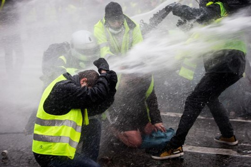 Scene incredibile la Paris, în timpul protestelor violente: vehicule incendiate şi magazine vandalizate. Cel puţin 30 de răniţi, printre care şi jurnalişti