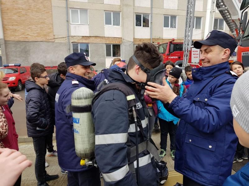 Școala Altfel: 2000 de elevi s-au întâlnit cu pompierii botoșăneni - FOTO