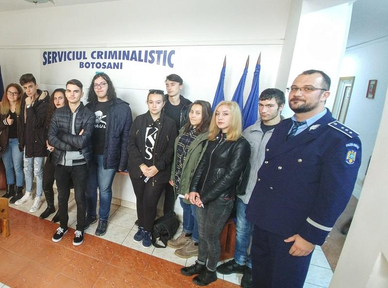 Liceeni în vizită la Inspectoratul de Poliţie Judeţean - FOTO