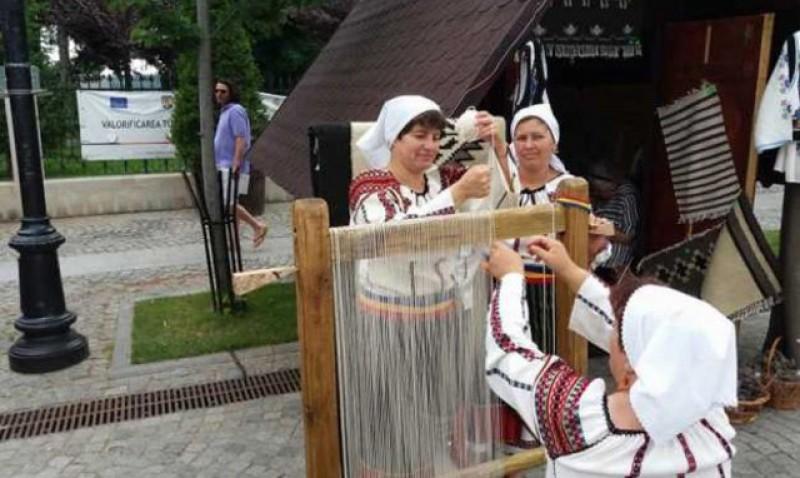 Şcoala de țesut covoare din nordul Moldovei. Cursanţi din toată ţara la cursurile gratuite unde se învață cum se fac covoarele tradiţionale