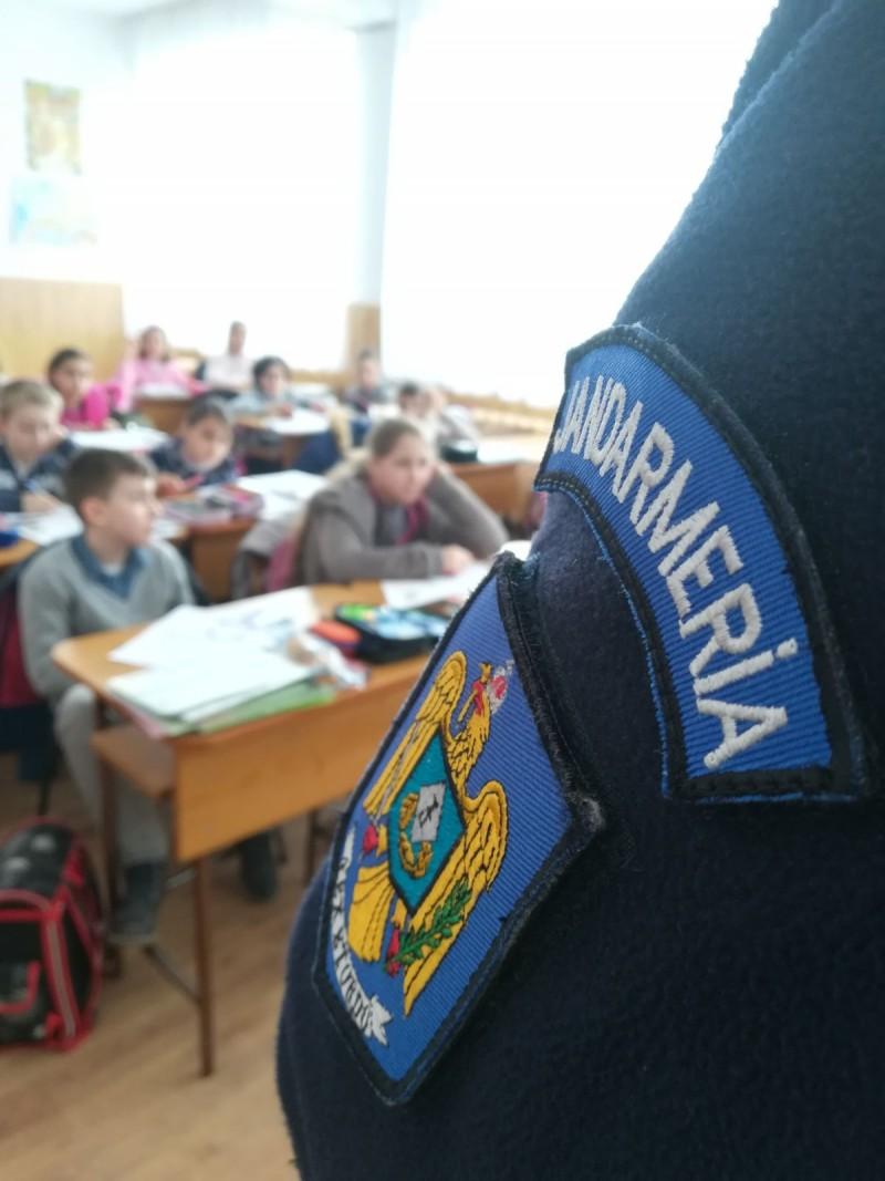 Şcoala în siguranţă! Jandarmii continuă activităţile preventive în unitățile de învățământ din municipiul Botoșani! FOTO