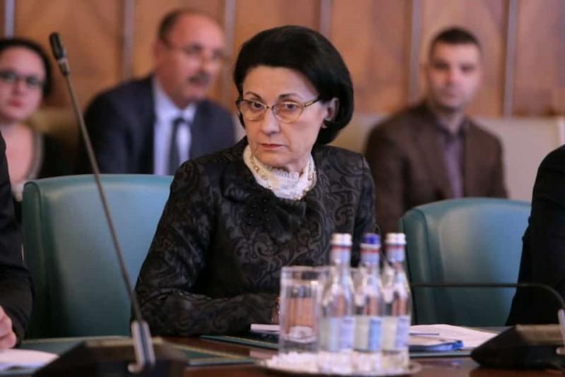 Școli care dau afară elevii cu medii sub 8. Ecaterina Andronescu: Este o discriminare!