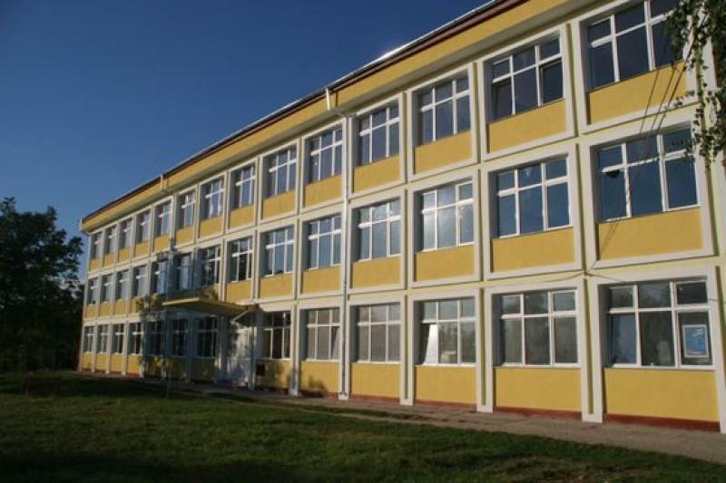 Se întâmplă în România: Directorul unui liceu a murit după ce s-a intoxicat cu o substanţă de curăţare!