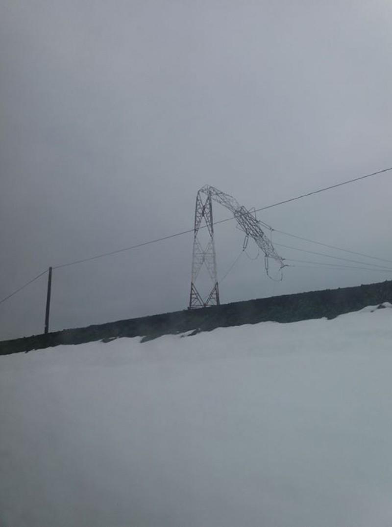 Se întâmplă în România: După ce au fost lăsați pe întuneric, Electrica anunță că românii vor plăti stâlpii smulși de vânt!