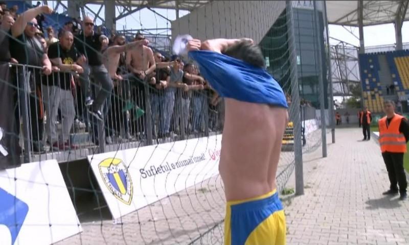 Se întâmplă în România: Jucătorii au fost dezbrăcaţi de tricouri şi au părăsit terenul cu lacrimi în ochi