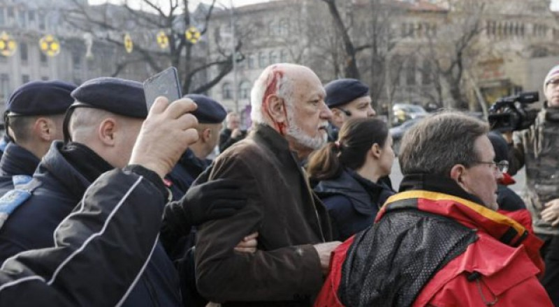 Se învârte roata istoriei: Gelu Voican Voiculescu, bătut, scuipat și alungat de revoluționari de la Troița din Piața Universității