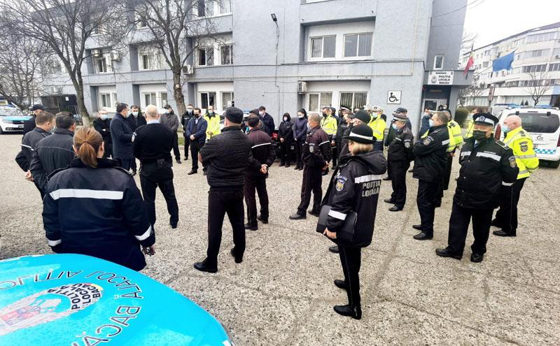 Se poate și așa: Polițiștii vor da măști de protecție în loc de amenzi