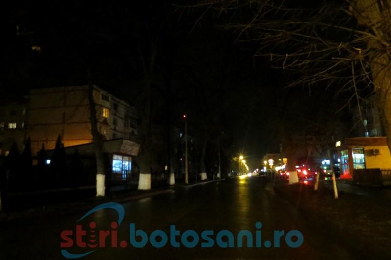 """Se tem să circule după lăsarea întunericului pe o stradă din Botoșani! """"Sunt foarte revoltat, este inadmisibil!"""", spune viceprimarul. VEZI reacţia E.on!"""