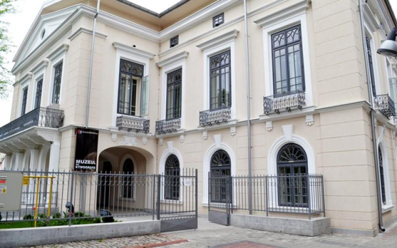 Secția de Artă plastică – Etnografie a Muzeului Județean Botoșani este în doliu