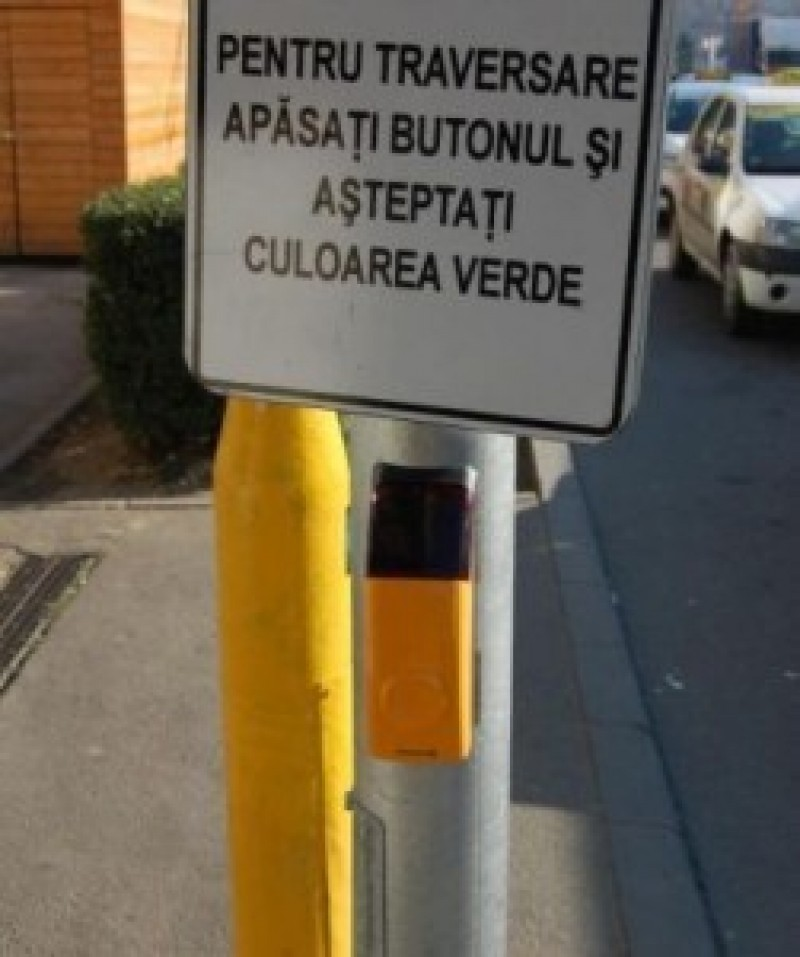 Semafor cu buton pentru pietoni, montat într-o zonă aglomerată din municipiul Botoșani
